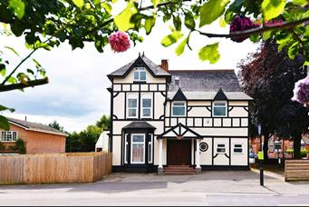 8 bedroom link detached house for sale